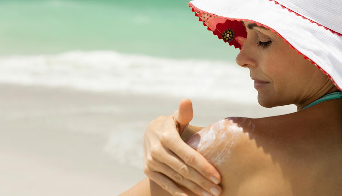 1140-woman-applying-sunscreen-protection.imgcache.rev1425386a3a70a93e00f7bb5c990b2a15.jpg